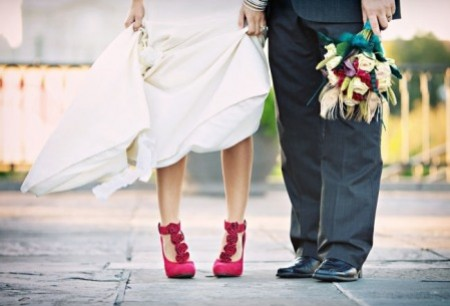 novia-zapatos-de-color-fucsia – bouquet wedding cinematography
