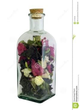 botella con flores secas -dreamstime